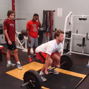 トレーニングの基礎知識(トレーニングによって筋肉がより太く強靭に生まれ変わる事を「超回復」と言い、この反応は、トレーニングにより筋肉が傷ついた証であり、同時に、回復に向けて準備が始まっていることを示すものである)