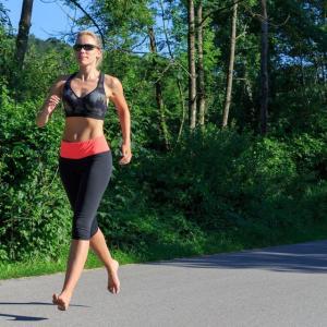 ベアフットランニングとランニング傷害(ベアフットランニングにおける足前部による接地、ストライド長の減少、ストライド頻度の増加、固有感覚の強化は衝撃力低下を助け、下肢の傷害発生率低下に役立つ)