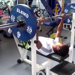 サッカー選手における筋力とパワーの重要性(跳躍高(r=0.78)、10m(r=0.94)、30m(r=0.78)のスプリント、および有酸素性持久力が男子プロサッカー選手の最大筋力と高い相関関係がある)