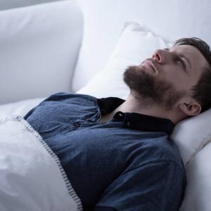 睡眠前の心配と不安(トレーニング/試合に関連する過度の心配と不安は、深刻な情緒反応を引き起こして睡眠の質を低下させる可能性がある)