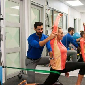 股関節形成術後リハビリテーション後のエクササイズ(身体の正中線を超えて股関節の内旋や内転を同時に行うことは避け、外旋筋群の強化は股関節の安定性とパフォーマンスにとって重要である)