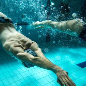 競泳選手のトレーニングプログラム(プライオメトリックトレーニングを加え、股関節、膝関節、足関節のトリプルエクステンションに焦点を当てることで、タイムを短縮できる)