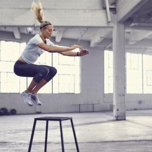 女性アスリートの下肢スティフネス(両足ホップにおいて、女性は男性よりも大腿四頭筋の活動が46%、ヒラメ筋の活動が37%大きく、大腿四頭筋とハムストリングスの{Q:H}同時活動比も高値を示した)
