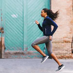 ランニングにおいて鉛直方向の力発揮(離地前に身体の前進速度を増大させる推進力があれば、着地時に身体の速度を低下させるブレーキ力は容易に相殺されると考えられている)