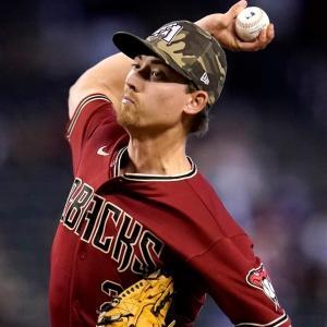 野球肘に関連づけられる力学的欠陥とは(成人の場合、投球側の肘は平均64Nm の外反トルク:肘内側を開く回旋力に耐えなければならない)