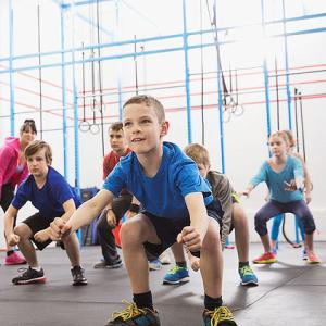 青少年におけるスポーツ傷害(成長と発達、低い体力レベル、不十分な身体準備、低い運動能力、および基本的な運動スキルの不足などに関連性がある)