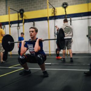 青少年アスリートにおける神経筋系のスポーツ傷害の最も重大なリスク因子(筋疲労、筋の活性化のタイミングと大きさの変化、筋力不足、前額面コントロールの優位、下肢の神経筋のバランス不足、不十分な筋スティフネス、姿勢の安定性の不足、固有感覚の変化、フィードフォワードコントロールがある)