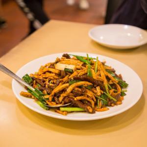 温泉街の外れにたたずむお酒のあて以外にもちゃんとしたお食事ができる台湾風居酒屋、喬園海鮮料理。