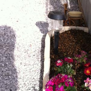 庭先に「ソーラーライト」が欲しい!防水機能付き、デザイン性、ランタン型など、選び方に悩む。