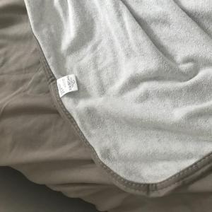 ひんやり冷感、コットン素材のクールケットや、シルクの枕カバー追加購入。寝苦しい夏の夜を少しでも快適にする工夫。