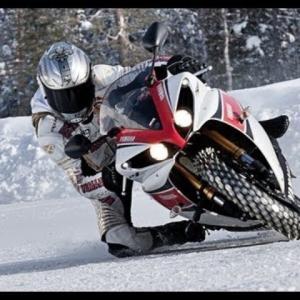 スタッドレスタイヤは雪が降ってからではもう遅い!!