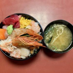 たらくの具材と米のバランスに難のある大盛り海鮮丼を食べる@日暮里