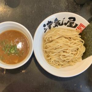 窮屈な座席で津気屋のつけ麺を食べる@川口