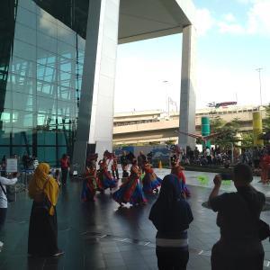 空港で踊る人たち。