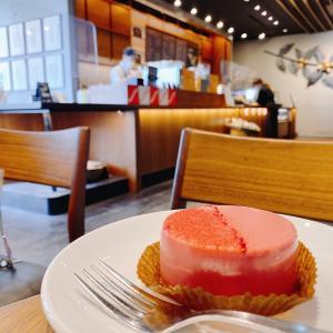 【スタバ】高級感あるピンクの新作ケーキ「ルビーチョコレートケーキ」はかなり濃厚♪