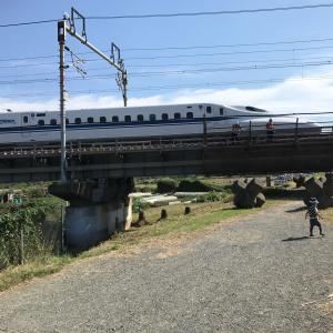 新幹線がとても近く見える公園。距離数メートル