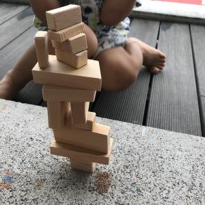 親子で積み木制作。またしても雨の日のベランダ工作