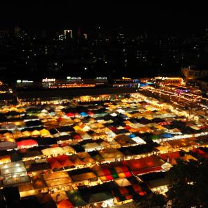 バンコク、夜の街へ。