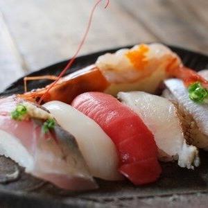【画像】中国で大人気の屋台の寿司がこちら w w w
