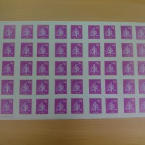 シール式の84円切手や94円切手が販売されていて便利
