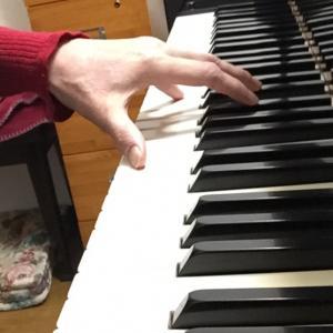 両手で弾けても片手で弾けない?