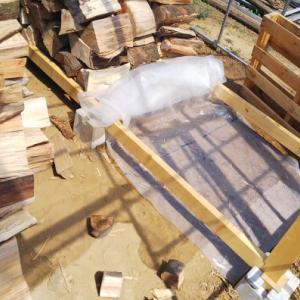 薪棚積み直し、それで一日が終わった。。。