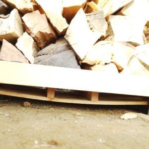 薪棚の下でたわむパレット、その耐荷重は?