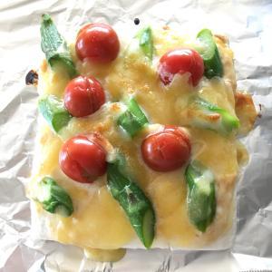 ふわふわモチモチの簡単ピザ!アスパラとトマトのはんぺんピザ