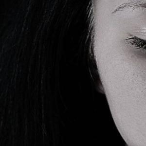 芸能人の自殺…「涙が止まらない」