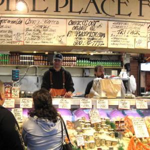 海外旅行での市場の楽しみ 3 / ビジネス教材にもなっている「魚のキャッチボール」と 港町の市場