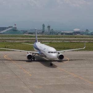 7月下旬。ブルーインパルス2機、広島から松島へ向かう途中に小松基地経由。