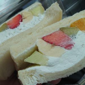石川県野々市市にあるカフェ、ソルフラで断面が綺麗なフルーツサンド。