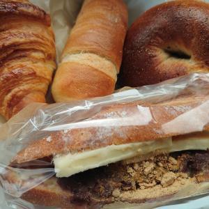 金沢市額谷にあるパン屋こくうで、あんバターサンド、塩パン、クロワッサン、ベーグル。そして、ある意味でホームグラウンドのJAIST図書館。