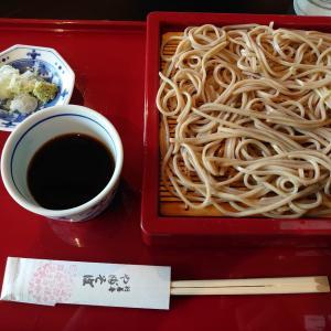 石川県白山市北安田町にある行善寺やぶそばで、せいろそば(太麺)とかえし黒天丼。