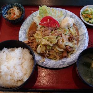 野々市市本町にあるまつもと食堂で、スタミナ(豚ホルモン)定食。野菜もたっぷり、ボリュームある。
