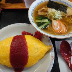 加賀市七日市町にあるかどや食堂若葉台店で、定食屋さんのオムライスとラーメン(しょうゆ)