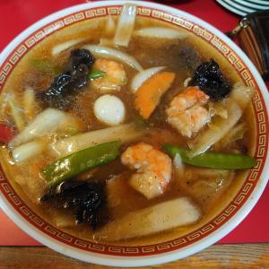 加賀市弓波町にあるレトロな内外装でお馴染みアサヒ軒で、定番のえびうま煮そば。