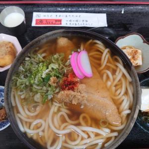 小松市今江町にある元気源右ェ門で、豆腐屋さんが作るヘルシーなうどん。自家製豆乳を練り込んだ、東風(こち)うどん大盛。