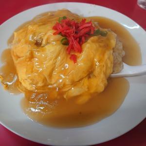 町中華が充実する石川県小松市。小松市白江町にある龍華で、天津チャーハンと肉天ぷら。