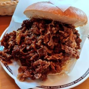 朝ジムの後、コメダ珈琲店へ。デブのマリトッツォと話題?、コメ牛の肉だくだく。