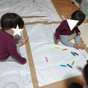 """1歳双子と3歳娘と室内遊び""""お絵描き"""""""