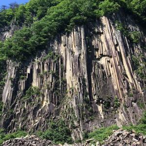 柱状節理の材木岩へ