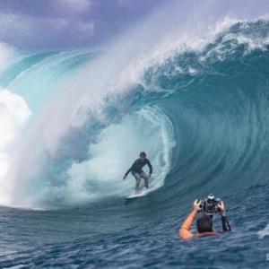 圧巻のチューブライド、タヒチでサーフィン大会間もなく開幕