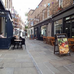 """【聖地巡礼】乃木坂46″齋藤飛鳥""""がアナザースカイで訪れた街!ロンドンで今一番トレンディなカムデン・パッセージ。"""