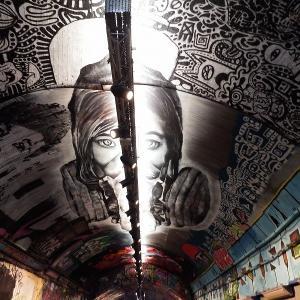 """【聖地巡礼】超特急""""超ネバギバDANCE""""ミュージックビデオ撮影で訪れた街ロンドン!グラフィティ・トンネル""""リーク・ストリート(Leake Street)""""で合法的にスプレーアートを楽しむ。"""