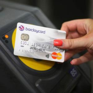 ロンドン 地下鉄&バス乗車はコンタクトレス機能付きクレジットカードが便利!オイスターカード不要でロンドンを駆け巡る。
