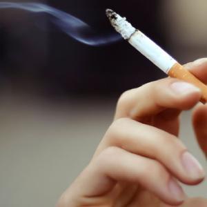 【悲報】新型コロナウィルス、やはり喫煙者の致死率は高めの模様。世界に広がる禁煙化の波でタバコ株のこれからはどうなるか?