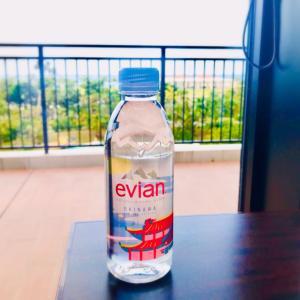 沖縄のÉvianは朱色が輝くあの絵柄。