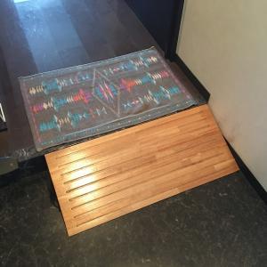 玄関上り框段差解消実践例【簡易バリアフリー化木製スロープ】