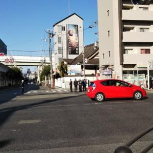 国道25号線の今宮戎駅の東側でピサハットの配達バイクとトラックが接触。交通事故処理。ピザハットのバイクが配達への行きしななら待っている客は可哀想。